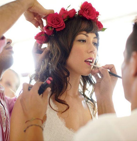 Peinado de coronas de rosas rojas